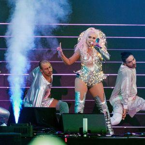 Кристина Агилера падна на сцената на концертот во Русија