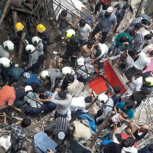 Четворица загинати, повеќемина затрупани при уривање на зграда во Мумбај