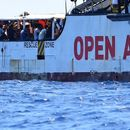 ВИДЕО: Мигрантите не сакаат повеќе да чекаат, скокнаа во морето и запливаа кон Италија