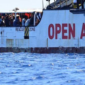 Мигрантите не сакаат повеќе да чекаат, скокнаа во морето и запливаа кон Италија