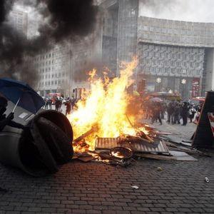 Хаос во Париз на протестот на Жолтите елеци: Запалени автомобили, судири, солзавец и апсења