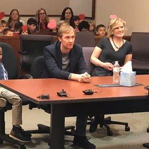 Дете од Мичиген го покани целото одделение на суд за да го прослават неговото посвојување