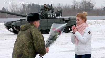 Руски војник ја запроси својата девојка со 16 тенкови