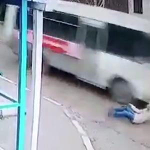 Улична камера сними пад на жена во моментот кога автобус поминува