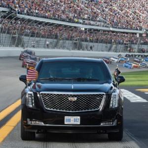 """Трамп и Меланија со спектакуларен влез на престижниот натпревар за тркачки автомобили """"Дејтона 500"""""""