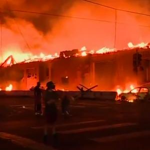 ВИДЕО: Големи нереди во САД, се палат објекти, се ограбуваат супермаркети, народот ја бара правдата за Флојд