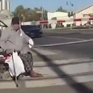 ВИДЕО: Маж спасен во последна секунда, му се заглавила инвалидската количка во пругата додека доаѓал воз