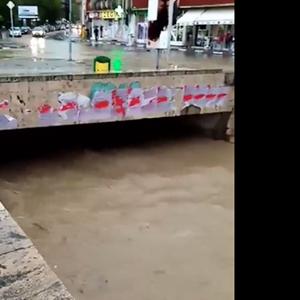 Тимјаничка Река надојдена во Неготино, водата е на половина метар од мостовите