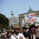 Берлин: Илјадници луѓе по улиците протестираат против носењето маски