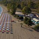 Во Пефкохори, плажите се отворени, но празни, а маските се задолжителни