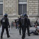 Француската полиција со солзавец ги растера демонстрантите против санитарните пропусници