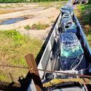 Voz koji je prevozio automobile zakačio nadvožnjak, šteta se procenjuje na dva miliona dolara