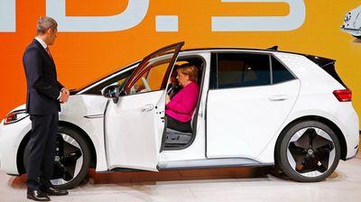 Kancelarka Merkel pozvala proizvođače automobila da više ulažu u električna vozila
