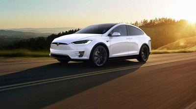 Автомобилите на Tesla наскоро ќе комуницираат со пешаците