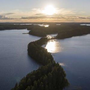 Рибар засне уникална червена дъга над Финландия