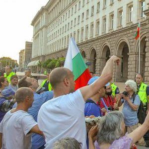 Яйца и домати полетяха към сградата на МС в 31-ата вечер на протести