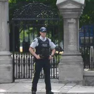 Въоръжен военен се вряза с камион в къщата на канадския премиер