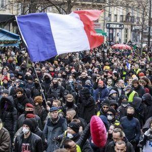Полицай удрял окървавен мъж, паднал на земята на протест в Париж (Видео 18+)