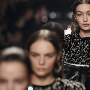 Покрит с дим подиум в Седмицата на модата в Париж