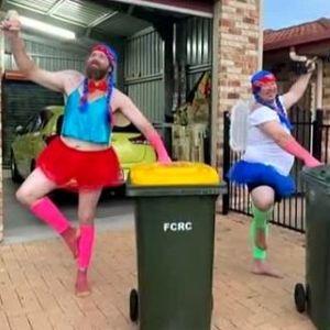Нова мода - жени изхвърлят боклука, облечени като принцеси