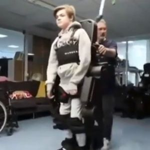Трогателно: Баща построи екзоскелет за сина си, за да може да проходи