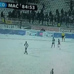 Да си помошник судија пред трибината на Гробари по првиот снег во Белград