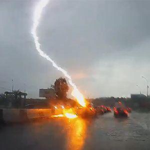 Автомобил во Русија погоден од молња двапати за помалку од секунда