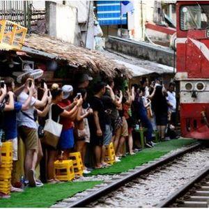Улица каде што возовите поминуваат неколку сантиметри од домовите, а туристите ги ризикуваат своите животи за селфи