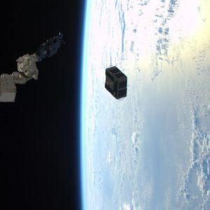 Русите и по 12 години сѐ уште ја следат торбата што американска астронаутка случајно ја испушти во вселената