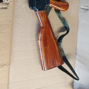 Customs seize 900 replica assault rifles
