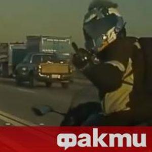 Ударено огледало и среден пръст за Tesla Model 3 от гневен моторист (ВИДЕО)