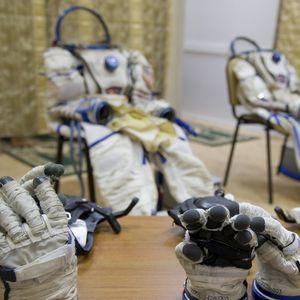 Rogozin poklonio Lukašenku rukavicu od kosmonauta