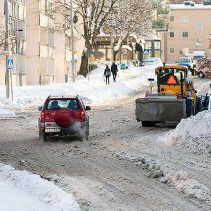 Снежна бура во регионот – колапс на улиците, жилите немаат превоз, треба да пешачат по снегот