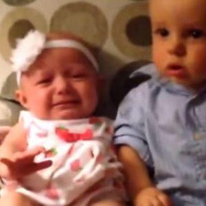 Мало момче за прв пат гледа близнаци: Неговата реакција го насмеа цел свет