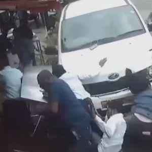 Стряскащо видео в интернет показа пиян шофьор, който помете поне 7 души на тротоара (ВИДЕО 18+)
