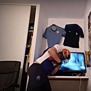 Урнебесно: Навивач крши телевизори со глава кога ќе му загуби омилениот тим