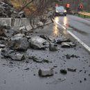 Црвен аларм: Одрони на патот Делчево – Македонска Каменица, возачи внимавајте
