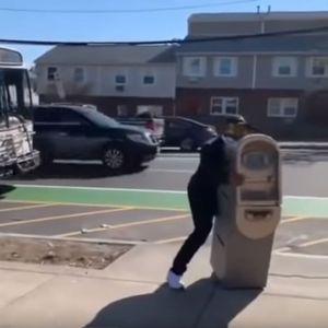 Маж украде банкомат и се обиде да го качи во автобус