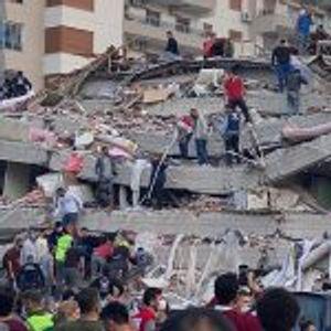 За неколку секунди исчезна зграда во земјотресот во Измир