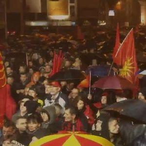 """(ФОТО) ДОЖДОТ, СНЕГОТ И МВР НЕ ГО СПРЕЧИЈА НАРОДОТ: Масовно """"Бојкотирам на уставните измени"""""""
