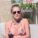 Шерон Стоун позира во бикини во седмата деценија од животот