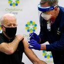 Бајден ја прими третата доза од вакцината против Ковид-19