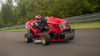 Срце на мотоцикл и забрзување на болид: Ова е најбрзата косилка за трева во светот / ВИДЕО