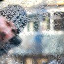 Како до брзо одмрзнување на стаклата на возилата? Со млака вода секако не!