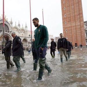 Фудбалерите на Италија ја посетија поплавената Венеција