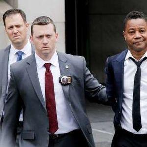 МУ СЕ ЗАКАНУВА ЗАТВОР: Славниот глумец ги негира сериозните обвинувања откако со лисици на рацете бил изведен пред судија