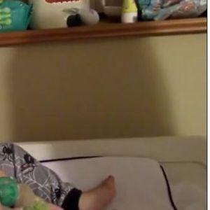 ЗАБАВНО И ЗАРАЗНО: Погледнете на која филмска сцена се смее ова преслатко бебе!
