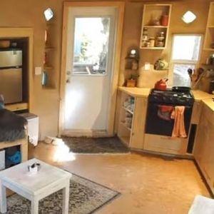 Мари направила куќа од песок, глина и слама со површина од 40. квадрати: Малечка е но има се што и е потребно!