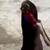 """(ВИДЕО) ЛАДНОКРВНА И ХРАБРА БАБА: Без размислување фатила кобра и ја одвлечкала подалеку од децата: """"Бабо, ова не е начин да се ослободиш од кобрата"""""""