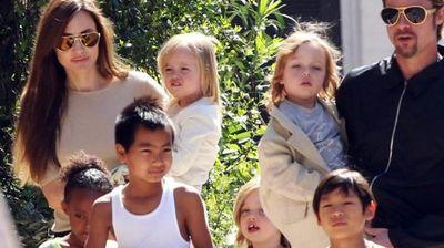 """Бред Пит и Ангелина Џоли ги закопале """"воените секири"""": """"Поради децата побаравме стручна помош, мораме да бидеме родители!"""""""
